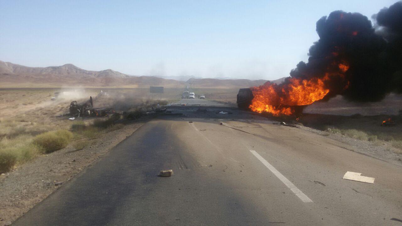 جان باختن دو نفر در آتش سوزی مهیب برخورد نیسان با تریلی حمل سوخت