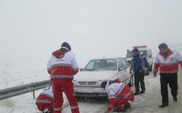امداد رسانی به مسافران گرفتار در برف محورهای خراسان رضوی
