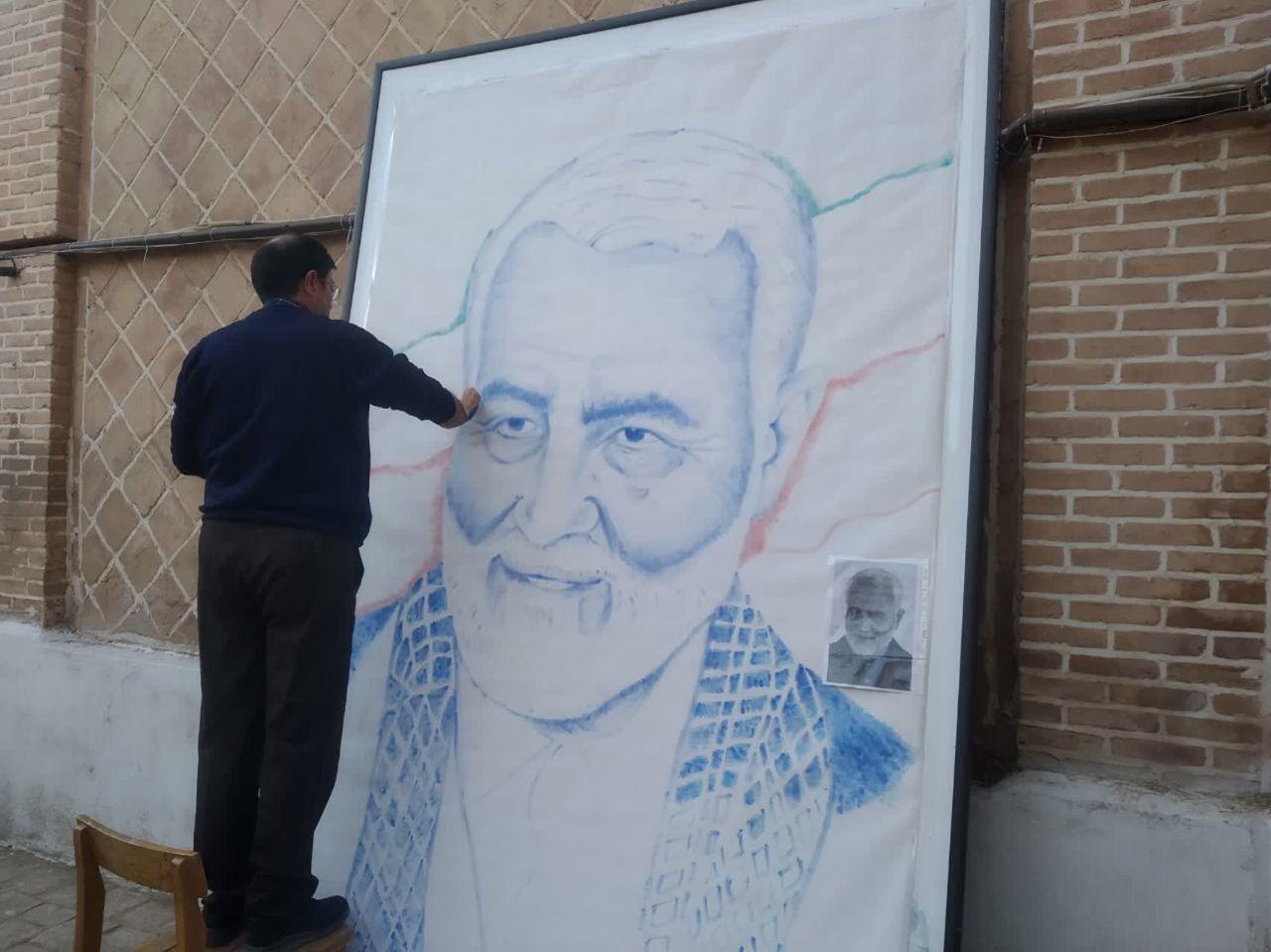 هنرمند سبزواری چهره سردار شهید سلیمانی را با ۵۵ هزار اثر انگشت طراحی کرد