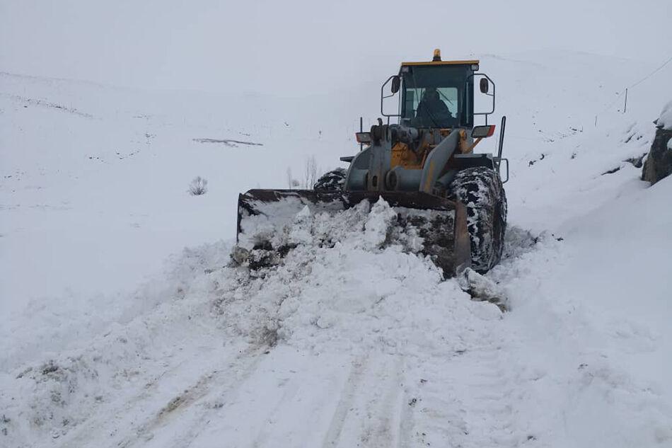 برف و کولاک راه ارتباطی ۲۳ روستای سبزوار را بست